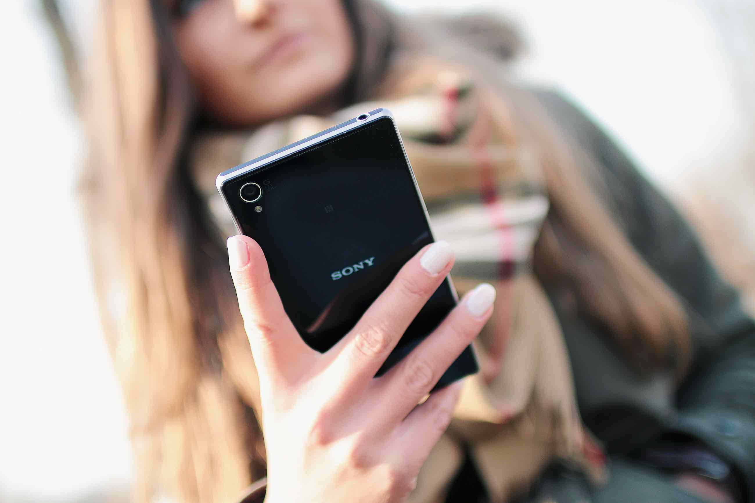 person-woman-hand-smartphone2
